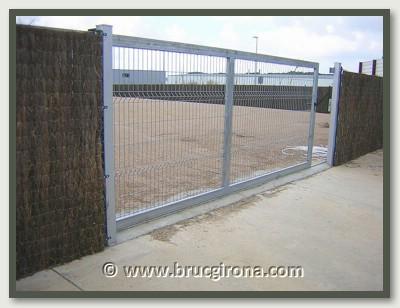 BRUC GIRONA se puede instalar en vallas, rejas de jardines, piscinas, negocios comerciales, naves industriales, campings, parques, etc.